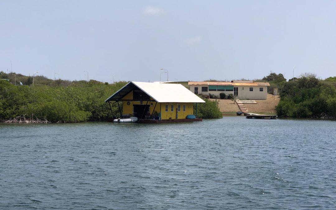 Waterbewoners op wereldreis: tropische woonboten op Curaçao